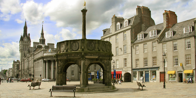 Aberdeen Castlegate and Mercat Cross - Attribution: Hussain Al-Ahmed  Licence: CC 2.0 https://creativecommons.org/licenses/by/2.0/deed.en Link: https://commons.wikimedia.org/wiki/File:Castle_gate.jpg